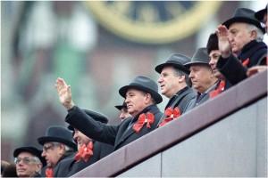 Горбачев на трибуне мавзолея