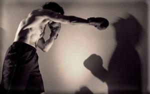 Фото: кулачный бой с собственной тенью
