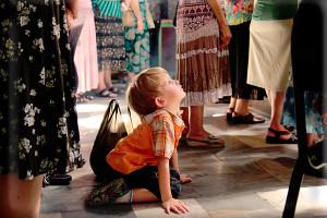 Фото: маленький ребенок в храме